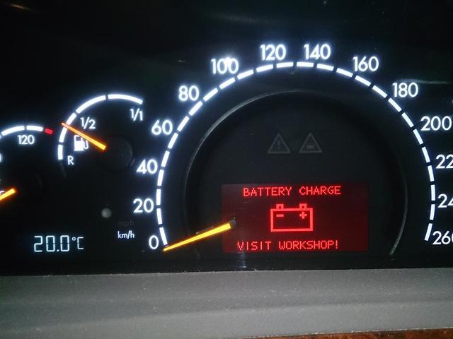 バッテリー 警告灯 点灯 消えない 原因
