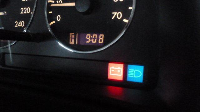 車 バッテリーマーク点灯 点滅