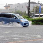 車が水没してエンジンかからない時の対処法は?原因やNG行為も紹介